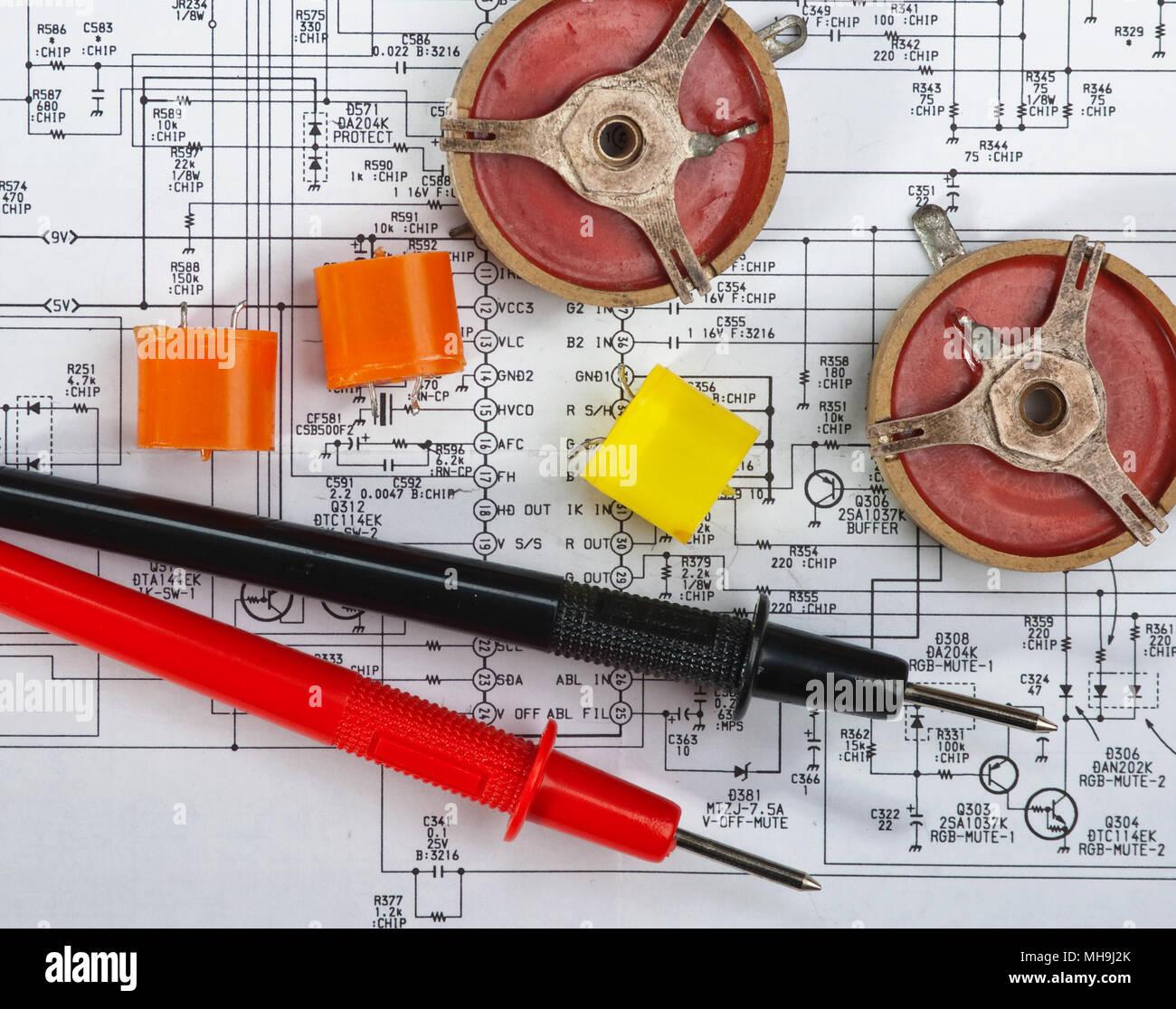Schema Di Cablaggio : Vecchi componenti elettronici giacciono sullo schema di cablaggio