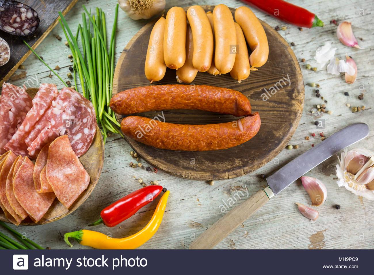 Un assortimento di affumicato e indurito salsicce piccanti Immagini Stock