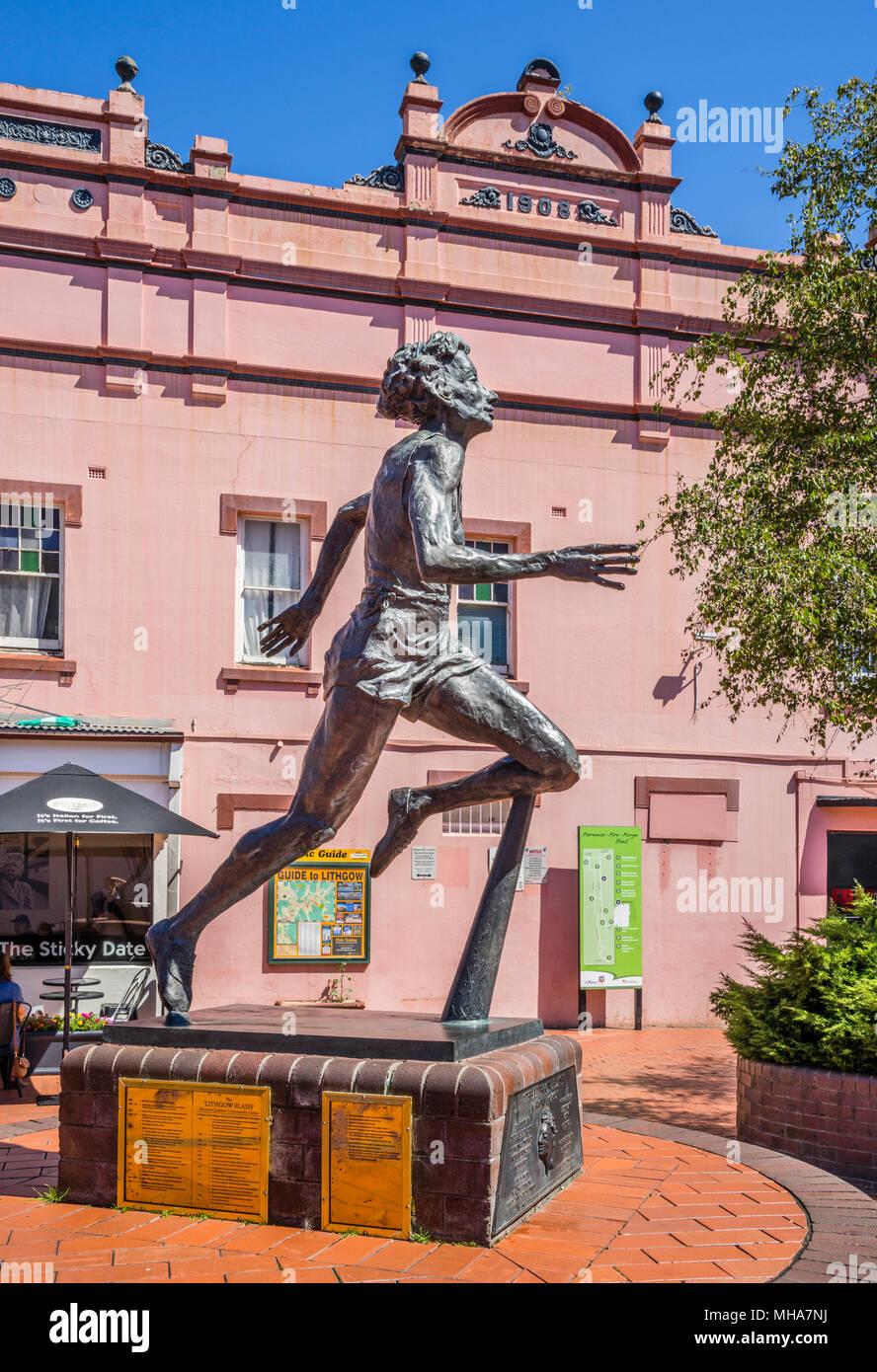 """Memorial a campione atleta Marjorie Jackson-Nelson, soprannominato il """"Flash Lithgow' dallo scultore Antonio Symons, Lithgow, Nuovo Galles del Sud, Australi Immagini Stock"""