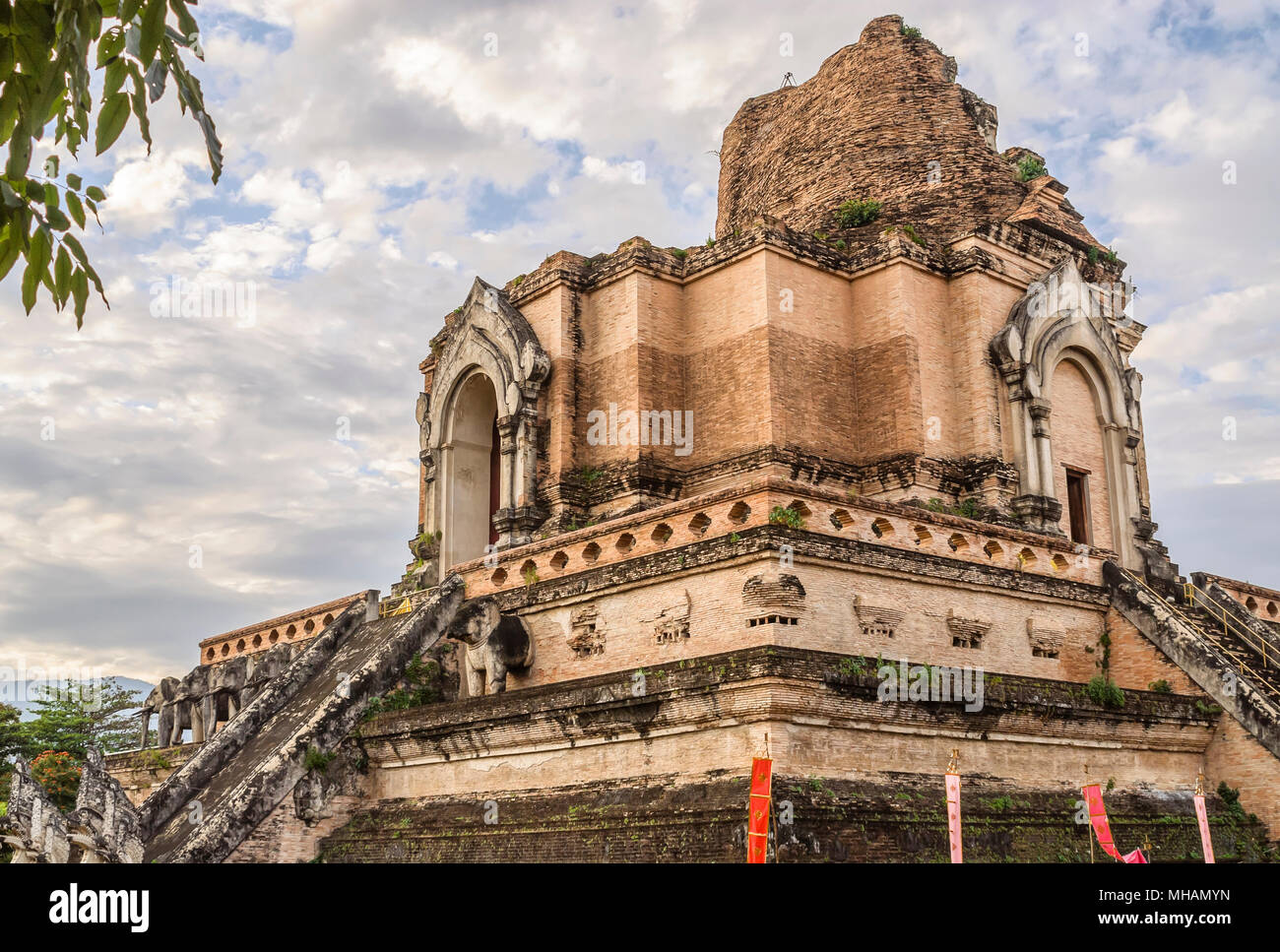 Antica Stupa di Wat Chedi Luang, Chiang mai, Thailandia del Nord Foto Stock
