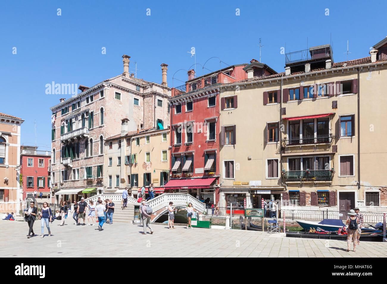 Gli edifici colorati e ponte sul Campo dei Frari, San Polo, Venezia, Veneto, Italia con i turisti in primavera Immagini Stock