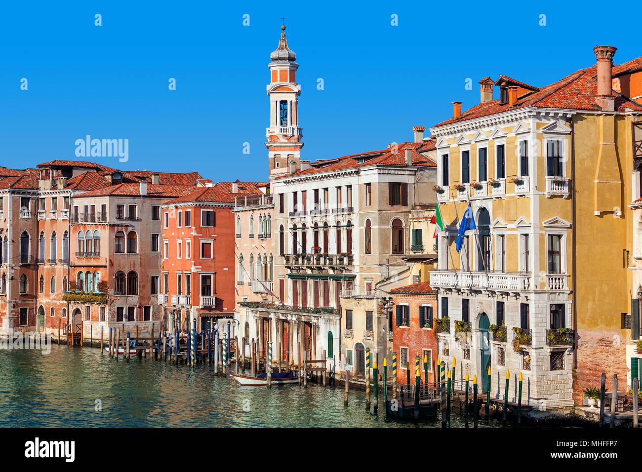 Vista degli edifici colorati lungo il canal grande sotto il cielo blu a Venezia, Italia. Immagini Stock