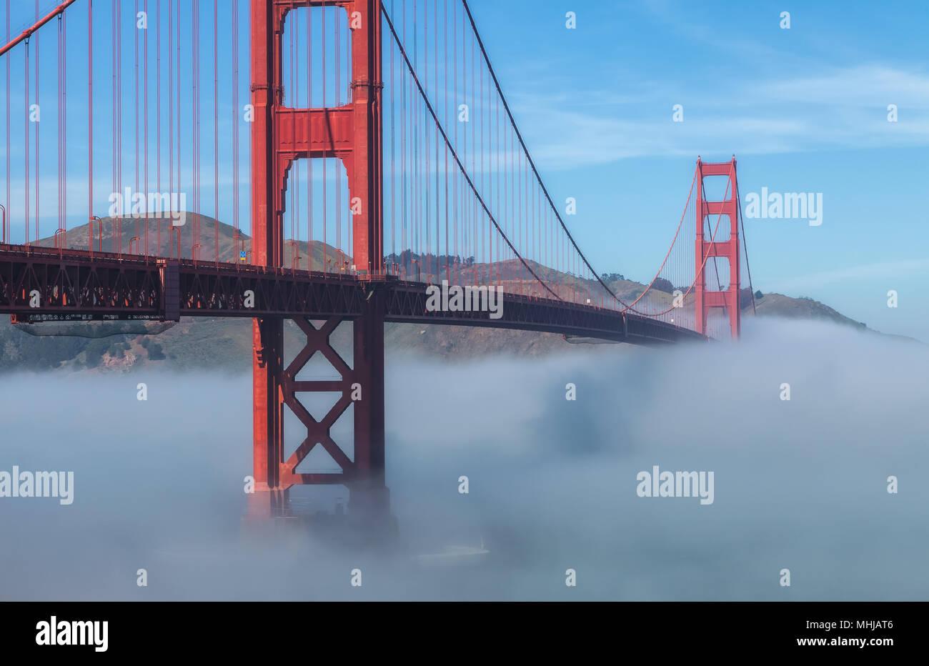 Bassa spessa nebbia formata sotto il Golden Gate Bridge di San Francisco, California, Stati Uniti, su un inizio di mattina di primavera. Immagini Stock