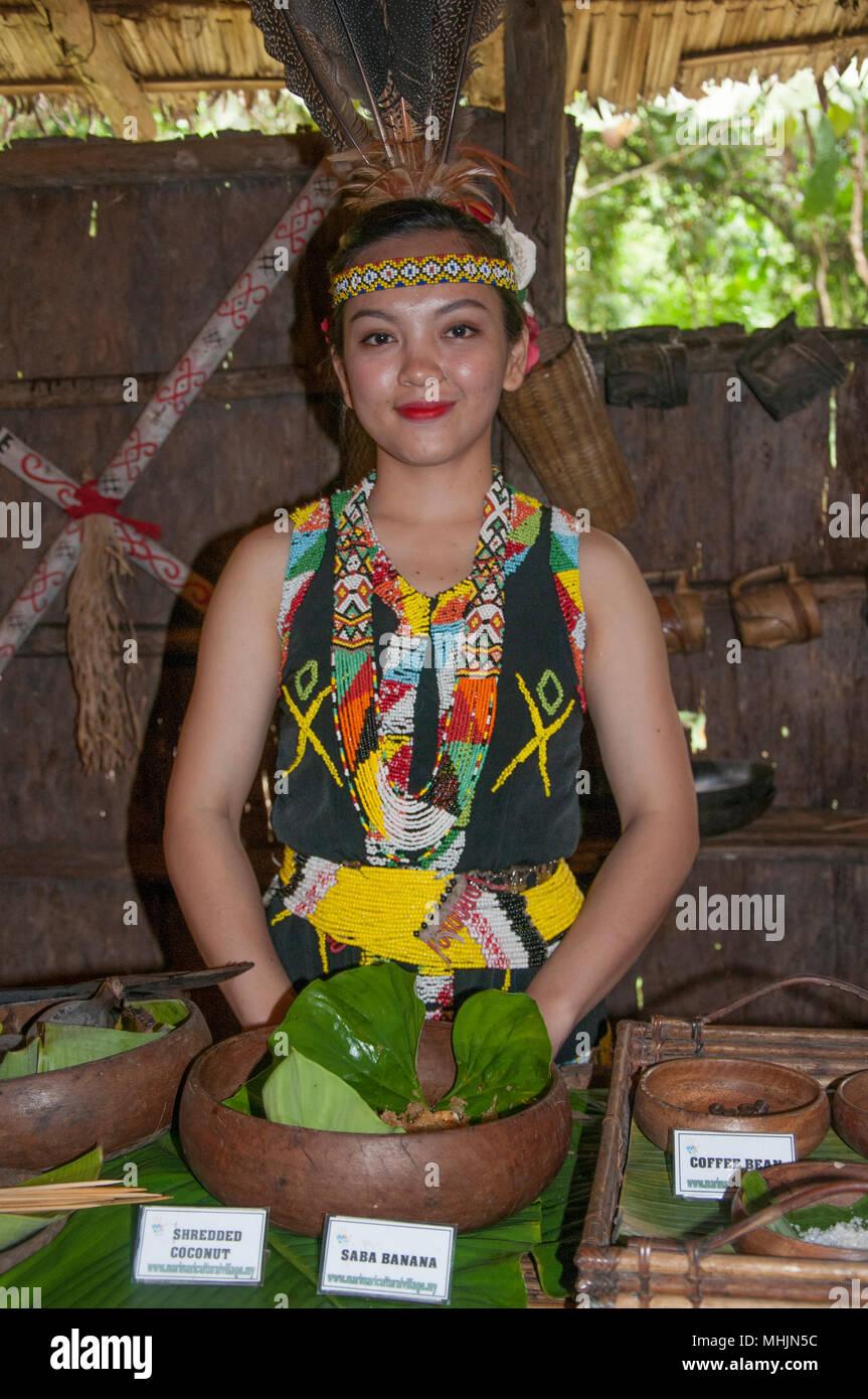 Offrire cibo al Longhouse Murut in mari Mari Villaggio Culturale, Kota Kinabalu, Sabah Malaysian Borneo Immagini Stock
