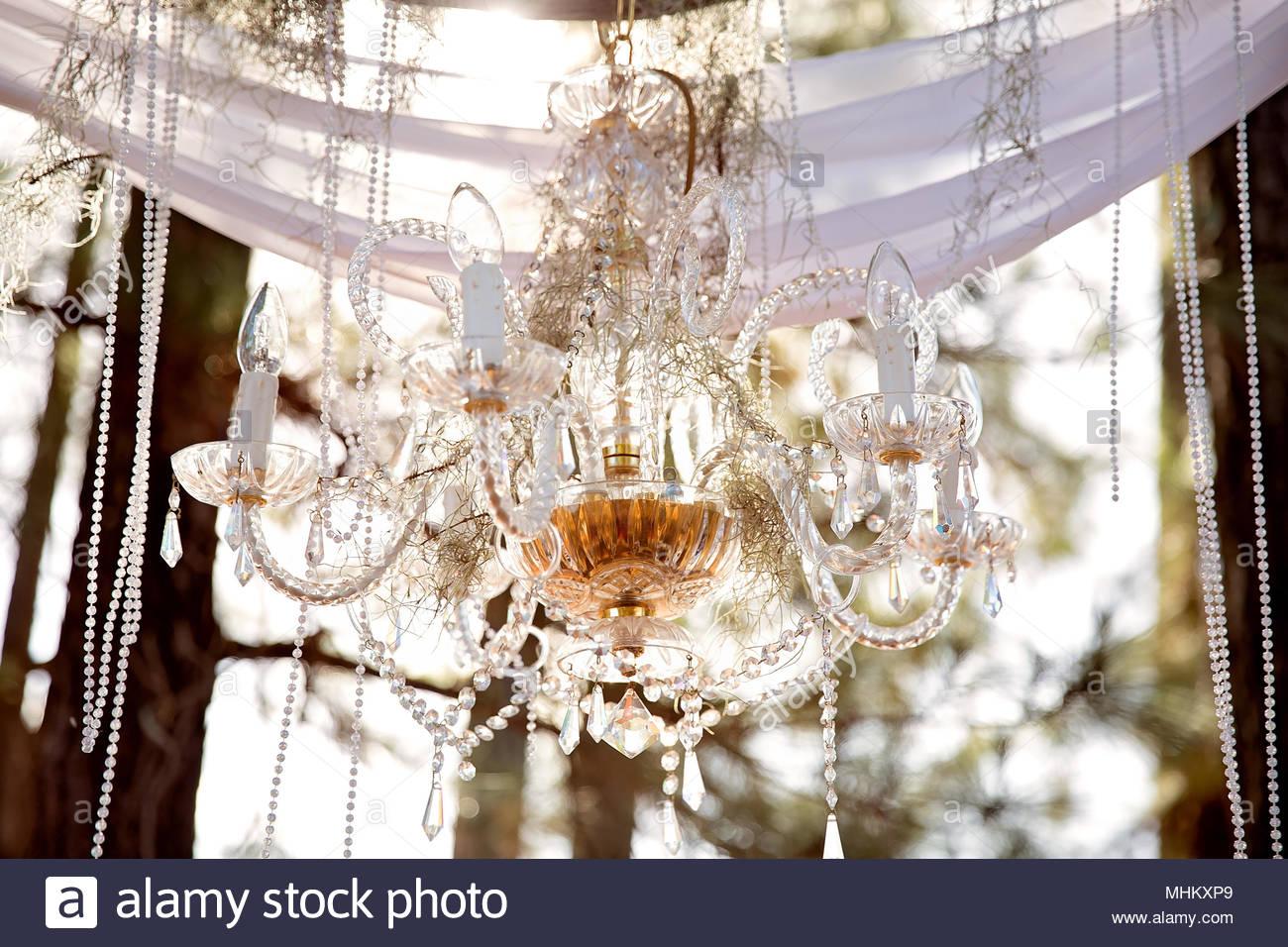 Lampadario Allaperto : Lampadario di cristallo perle e chiffon formano un arco di nozze