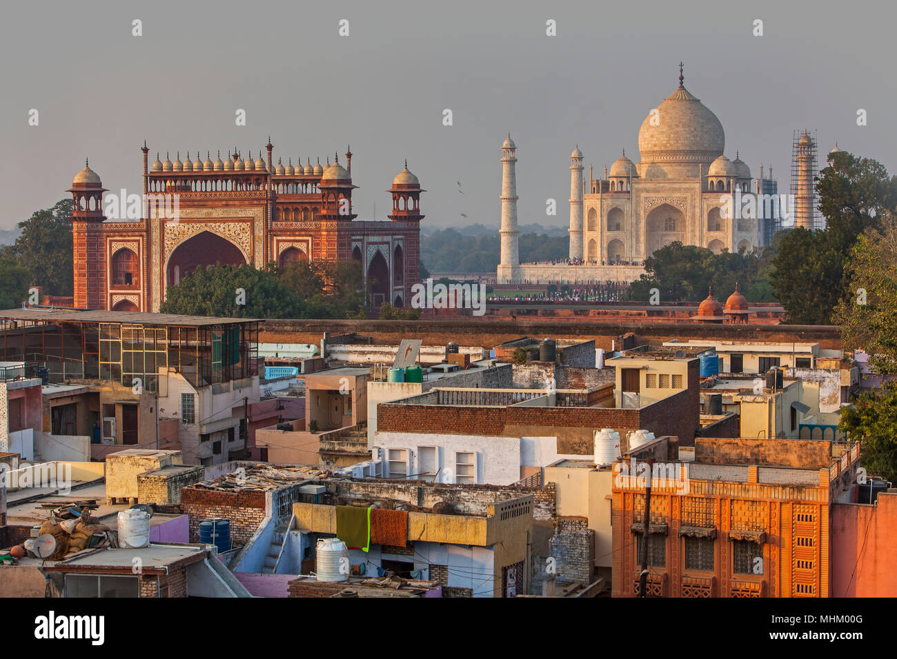 Taj Mahal e sui tetti della città, Agra, India Immagini Stock