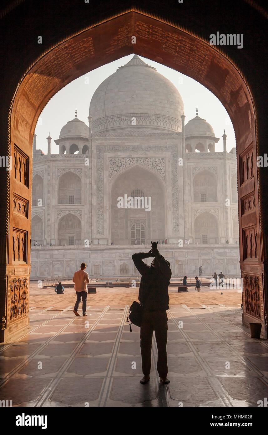 Cancello, portone, gateway, telaio, framing Taj Mahal, Sito Patrimonio Mondiale dell'UNESCO, Agra, Uttar Pradesh, India Immagini Stock