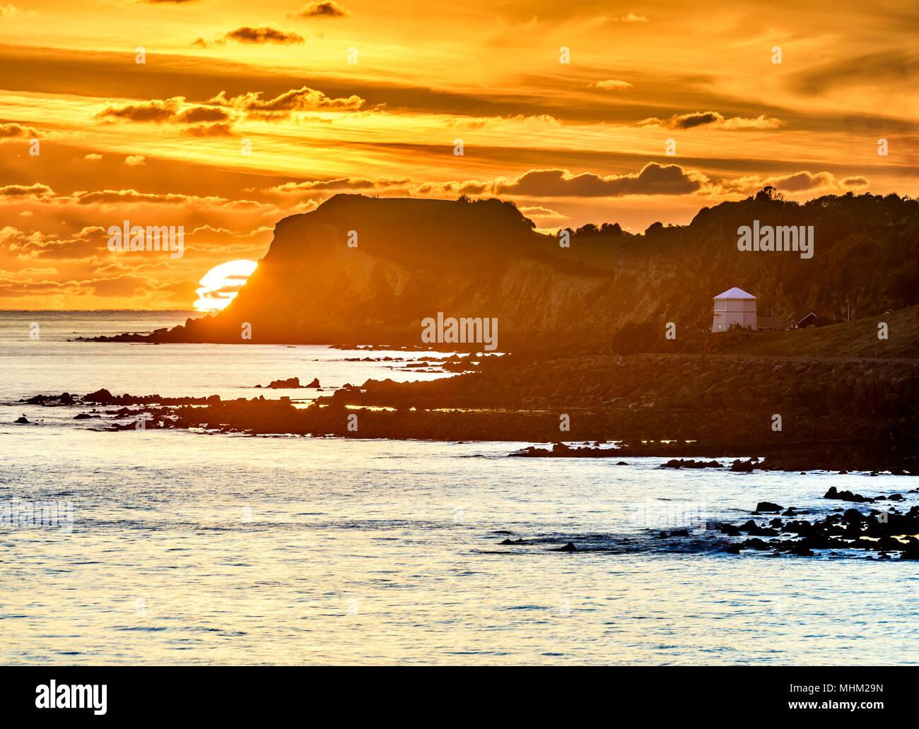 Teleobiettivo arancione tramonto al litorale, Ventnor Isola di Wight Immagini Stock