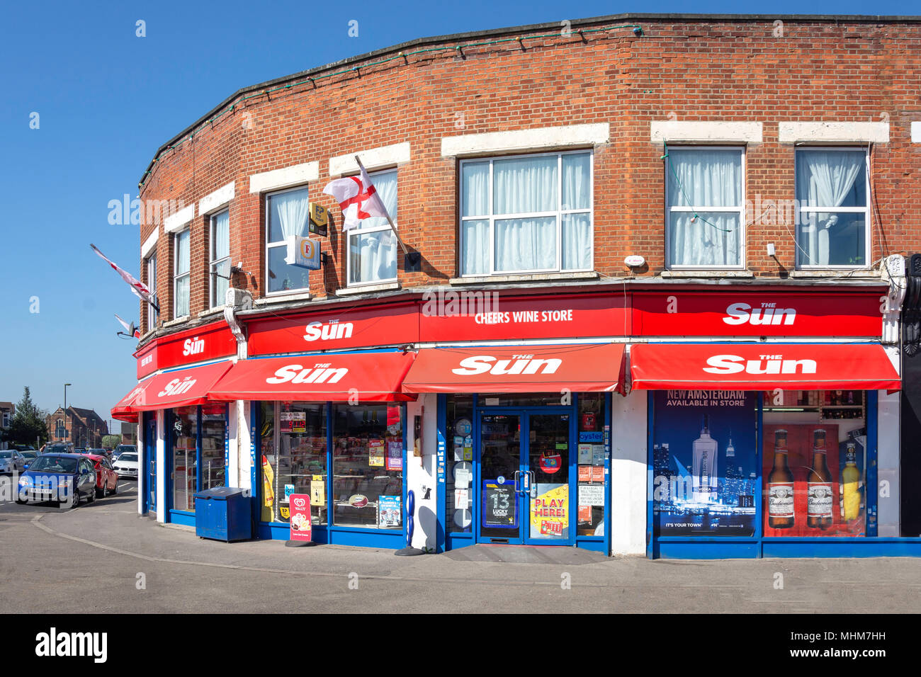 Cheers Wine Store & Edicole, Station Approach, Ashford, Surrey, England, Regno Unito Immagini Stock