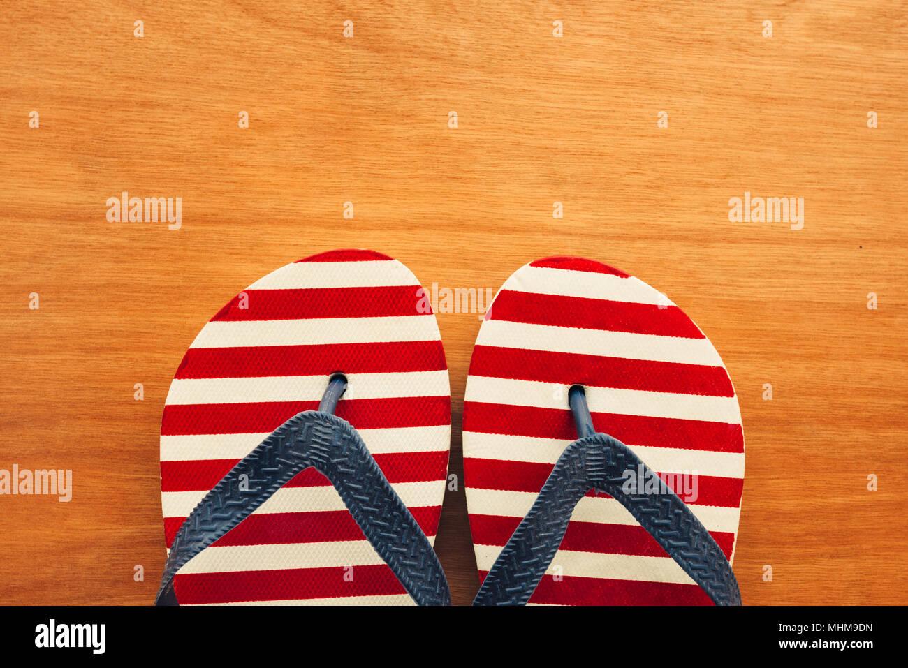 Sandali da spiaggia flip flop su sfondo di legno con copia spazio per vacanze estate vacanze messaggio di testo Foto Stock