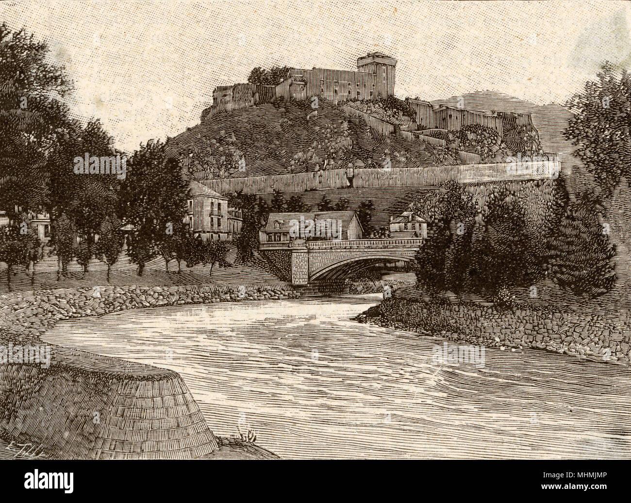 Il castello e la diede a Pau, con l'ampio fiume in primo piano e il ponte nella distanza. Data: 1894 Immagini Stock