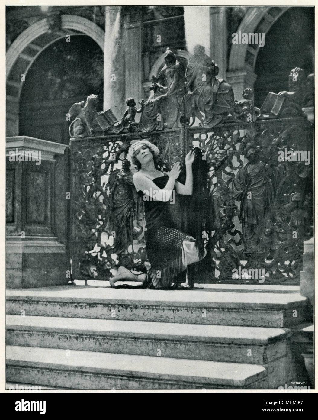 Quando il ballerino russo Tamara Swirskaya è fotografato sui gradini della Loggetta del Sansovino, Venezia, ci sono proteste contro la profanazione di un luogo sacro data: 1920 Immagini Stock