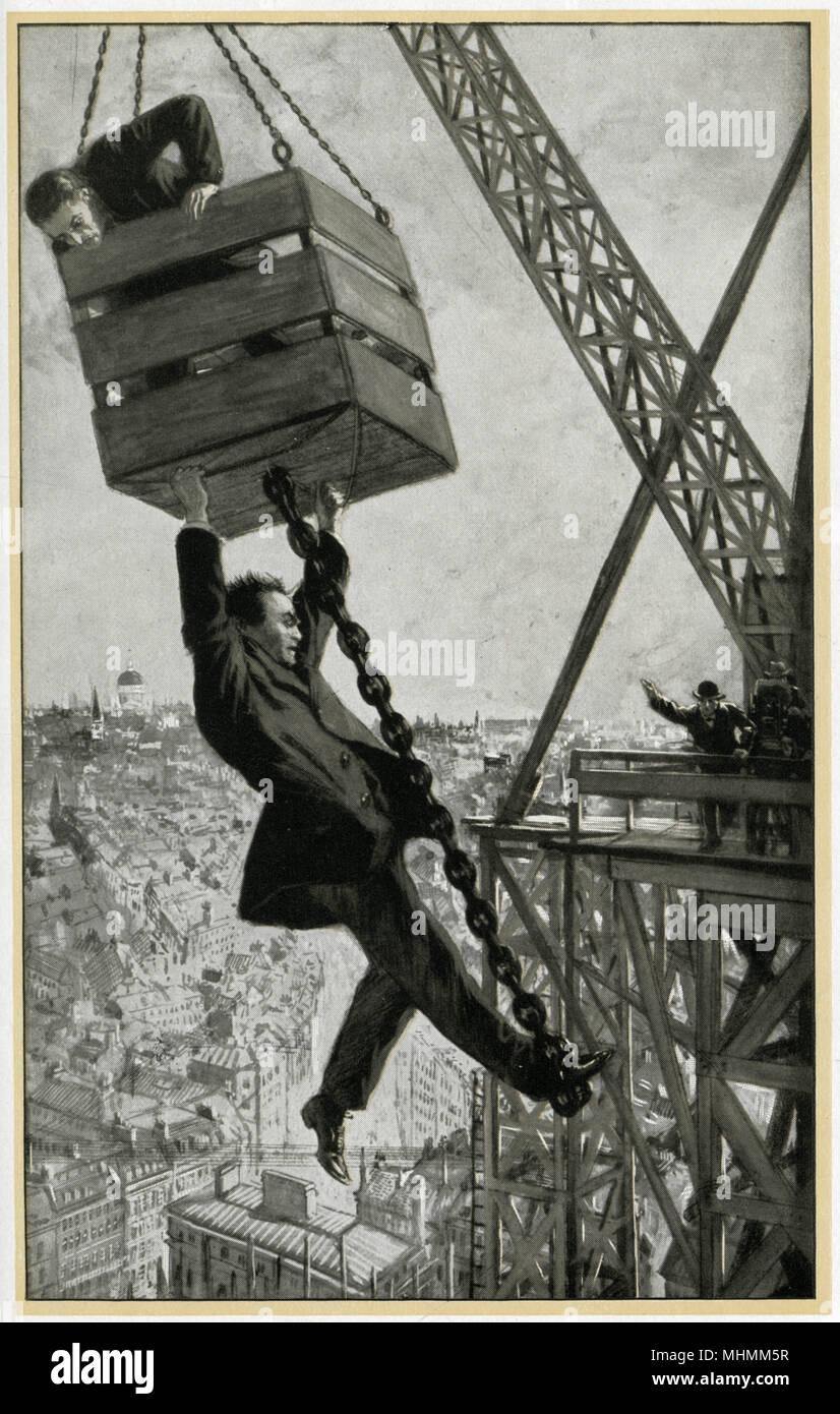 Un uomo si arrampica per il caro vita come egli è portato in alto su un cantiere edile in alto sopra i tetti della città. Data: 1915 Immagini Stock