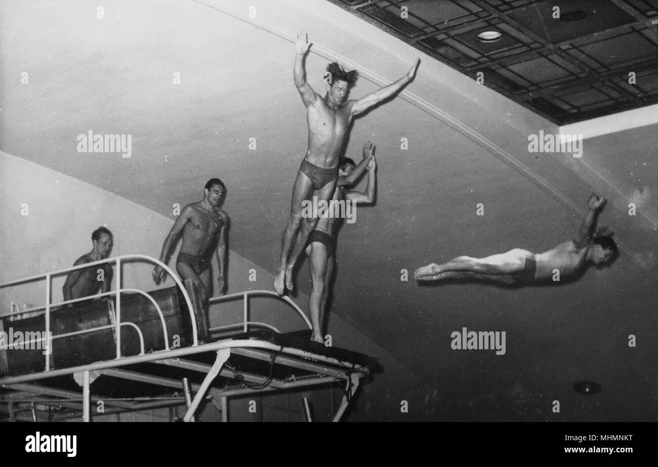 Maschio di nuoto Sychronised Team - Bournemouth - Immersioni subacquee un alto consiglio per iniziare la loro routine... Data: 1961 Foto Stock