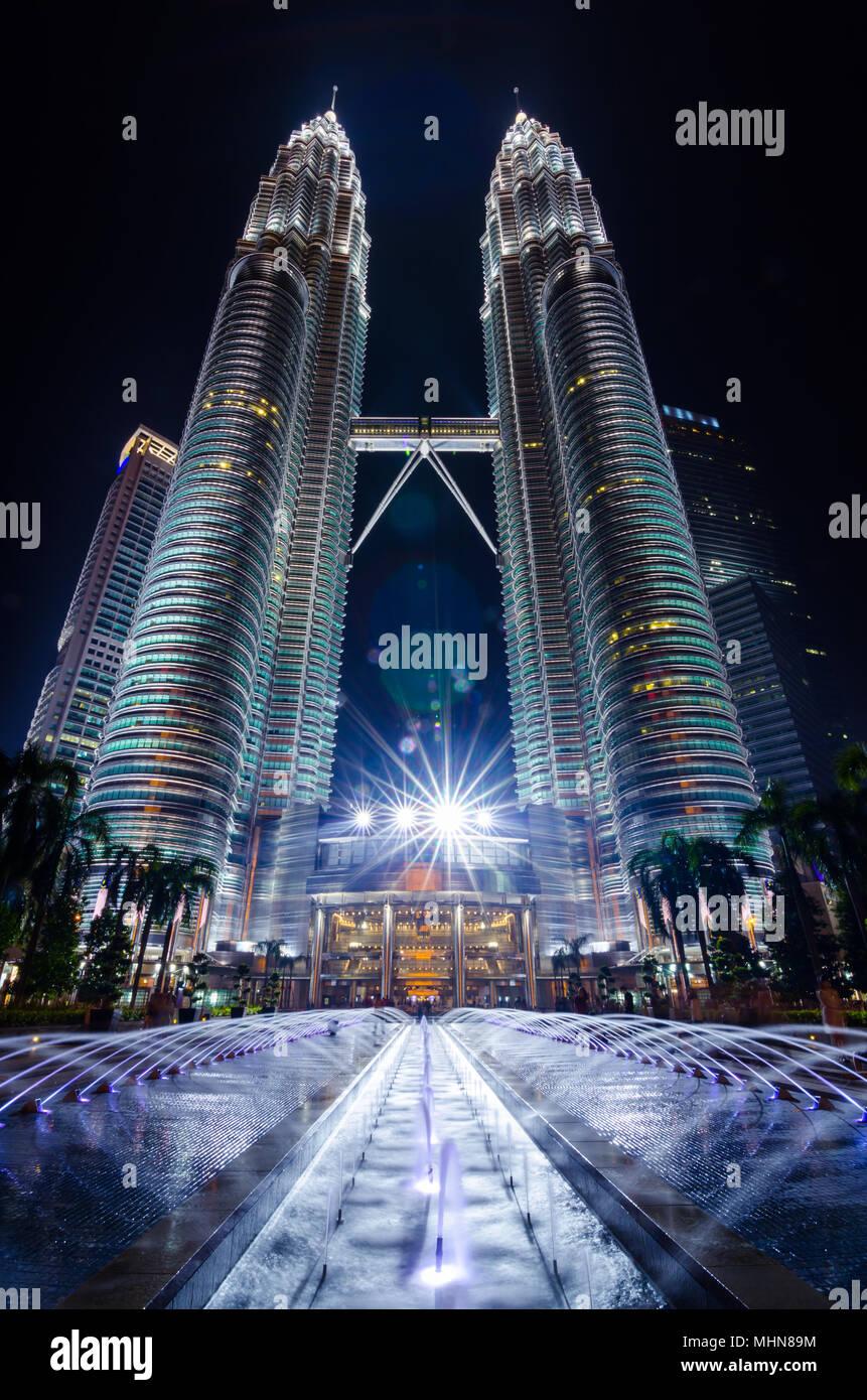 Petronas Twin Towers sono letti grattacielo. Essi erano il mondo più alto edificio dal 1998 al 2004 e ancora il mondo più alto twin tower fino al presente. Immagini Stock