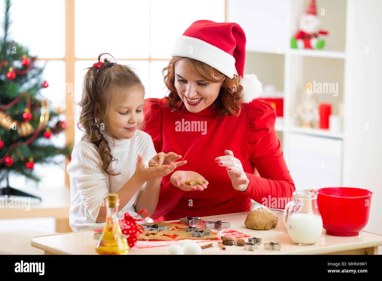 Foto Di Natale Famiglia.Madre E Figlia La Cottura Biscotti Di Natale A Decorate