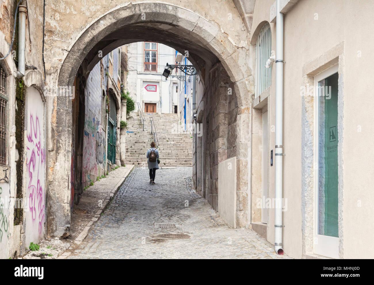27 Febbraio 2018: Lisbona, Portogallo - Arco de Jesus, o Gesù Arch, una delle antiche porte della città, risalente al XII secolo nell'Alfama distr Immagini Stock