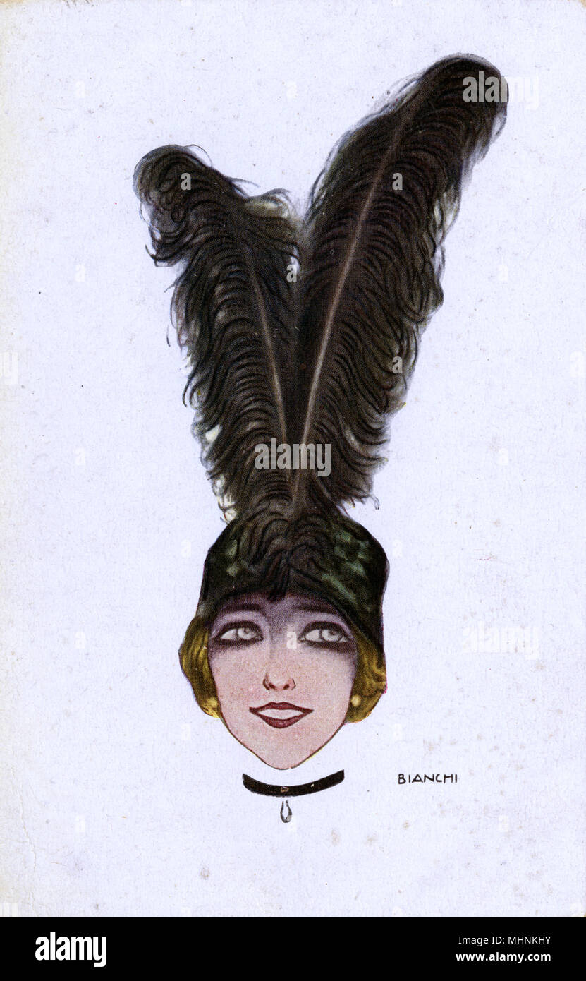 Elegante e bella ragazza con sorprendente nero piume di struzzo-ornato hat/cap. Data: circa 1920 Immagini Stock