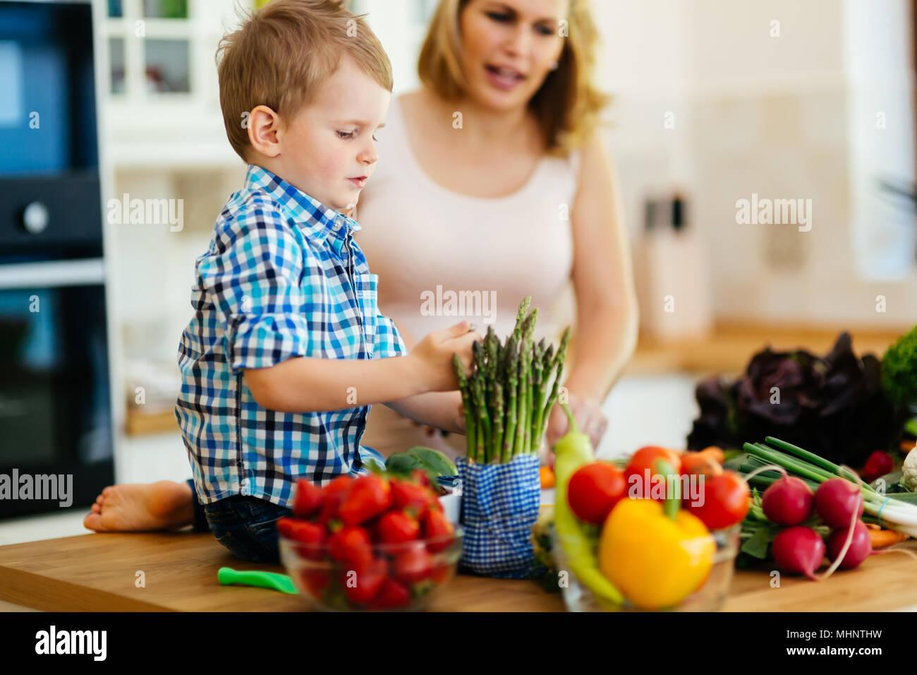 La madre e il bambino a preparare il pranzo Immagini Stock