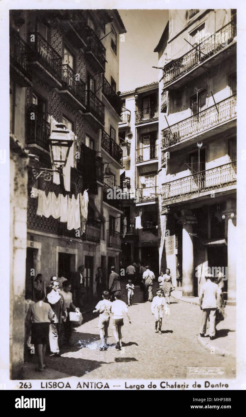 Largo do Chafariz de dentro, una strada stretta in un vecchio quartiere di Lisbona, Portogallo. Data: 1940s Immagini Stock