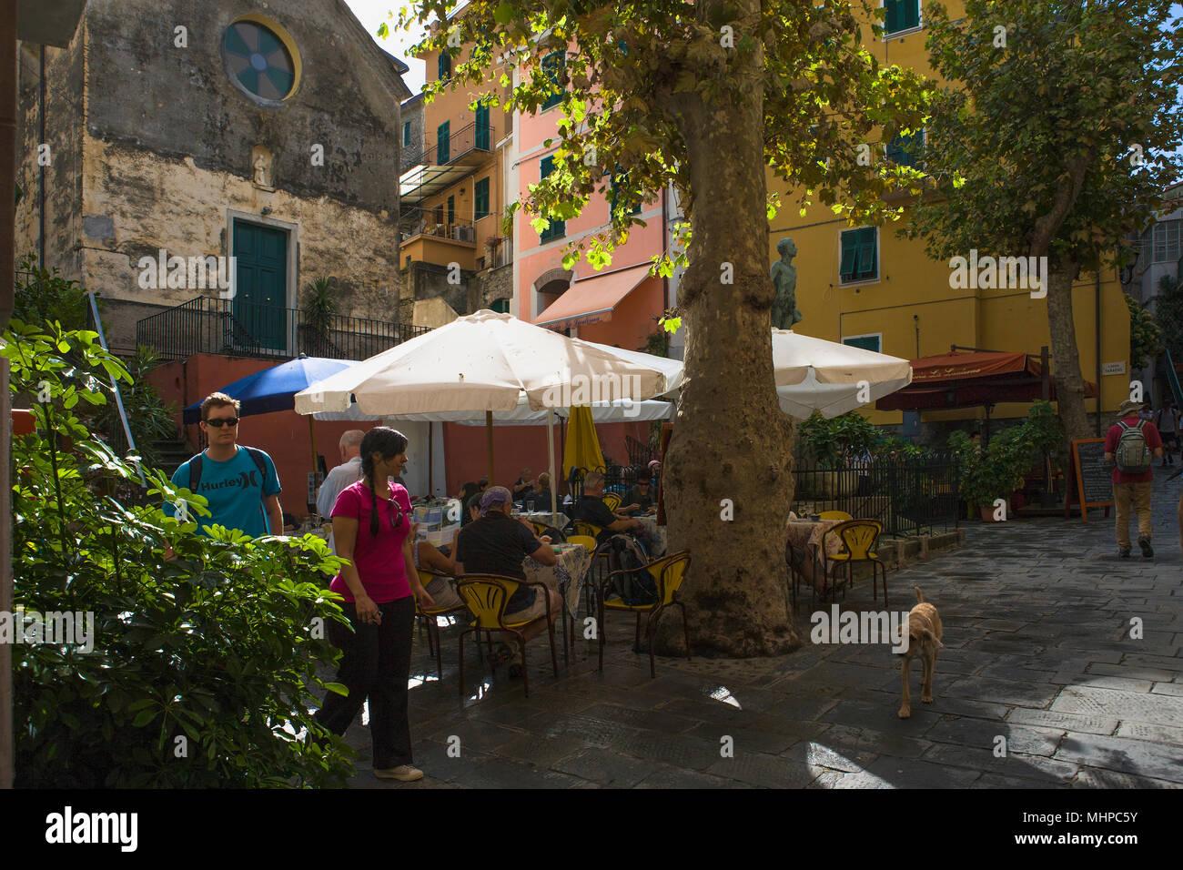 Ombrelloni sulla terrazza esterna del ristorante, Largo Taragio ...