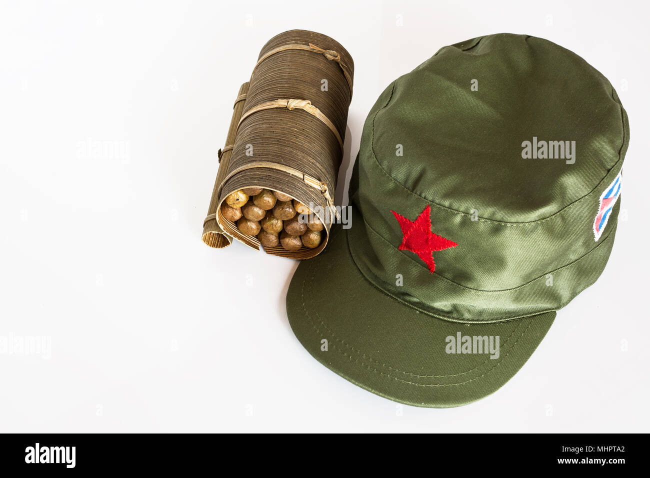 Alcuni sigari cubani laminato in foglia di banano e cappello militare con  la stella rossa 15378f6bdaf4