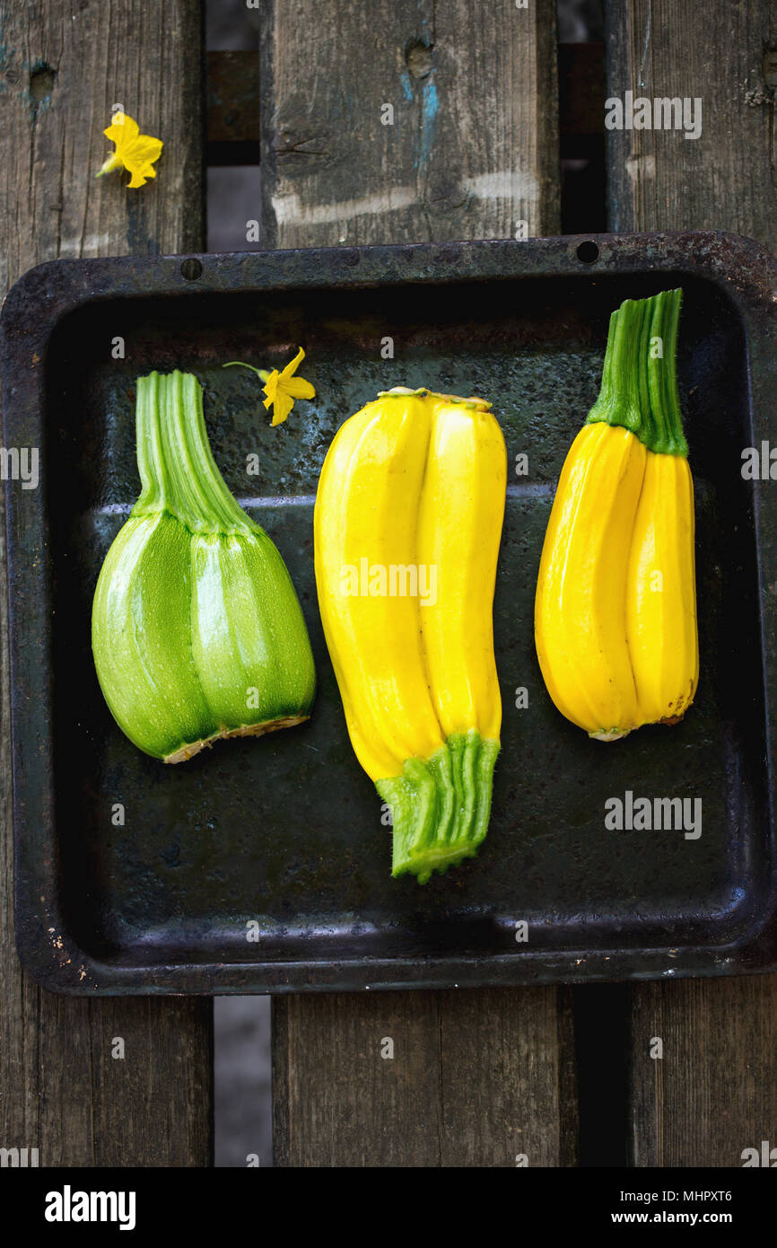Fresco di zucchine colorati su un vassoio Immagini Stock