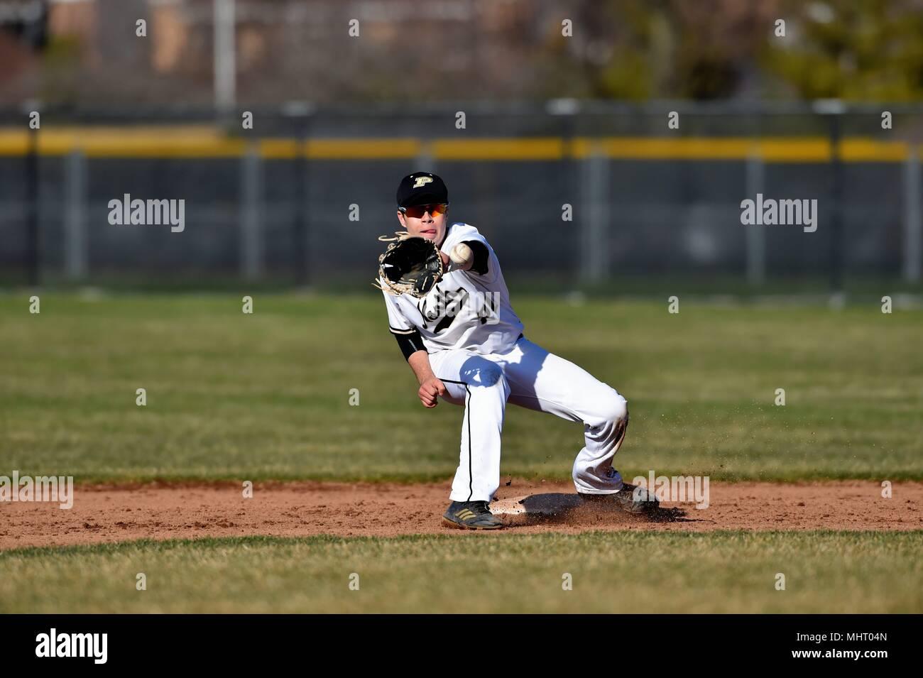 Interbase ricevendo un tiro dalla sua catcher ben in anticipo dell'arrivo di un runner contrapposti. Stati Uniti d'America. Immagini Stock