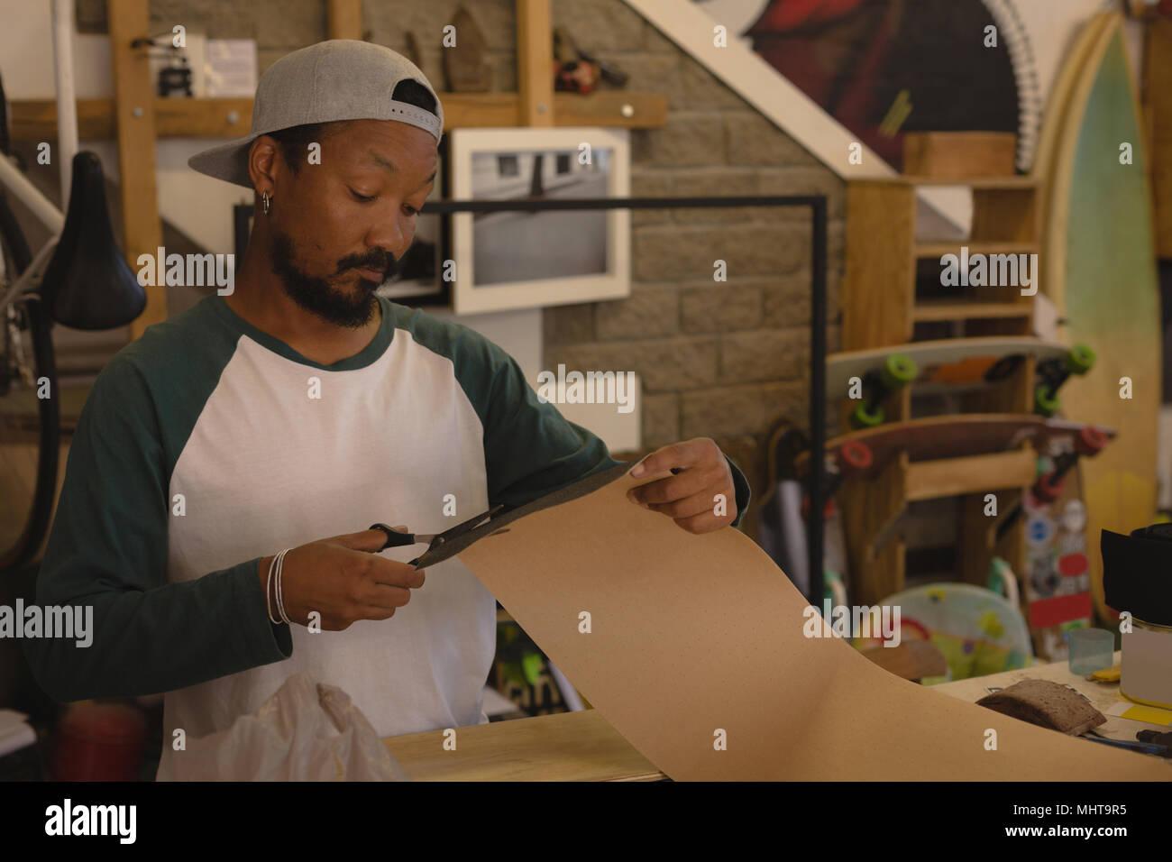 Uomo taglio carta cartone Immagini Stock