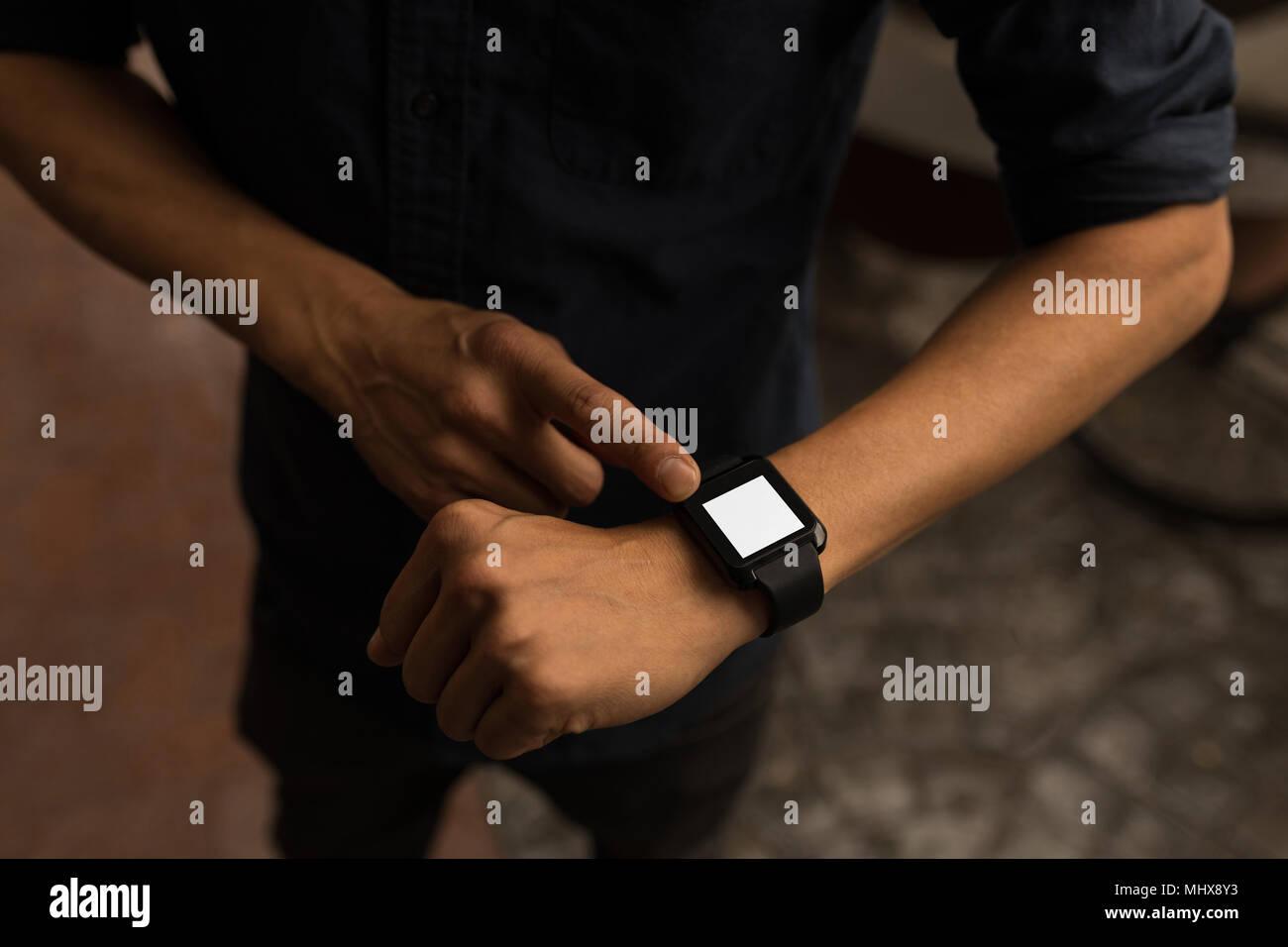 Imprenditore utilizzando smartwatch Immagini Stock