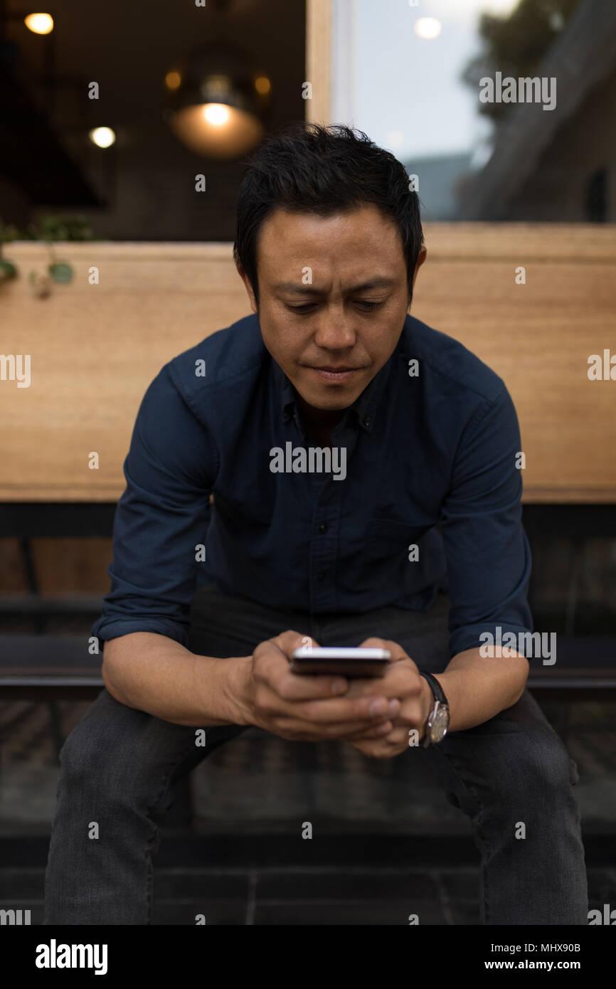 Imprenditore utilizzando il telefono cellulare Immagini Stock