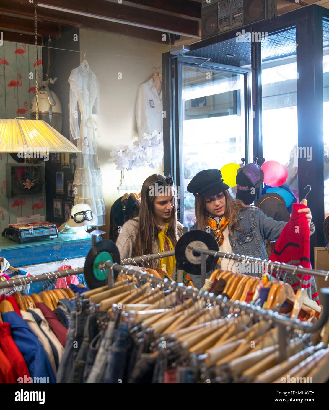 Amici navigando abbigliamento vintage parsimonia nel negozio Immagini Stock