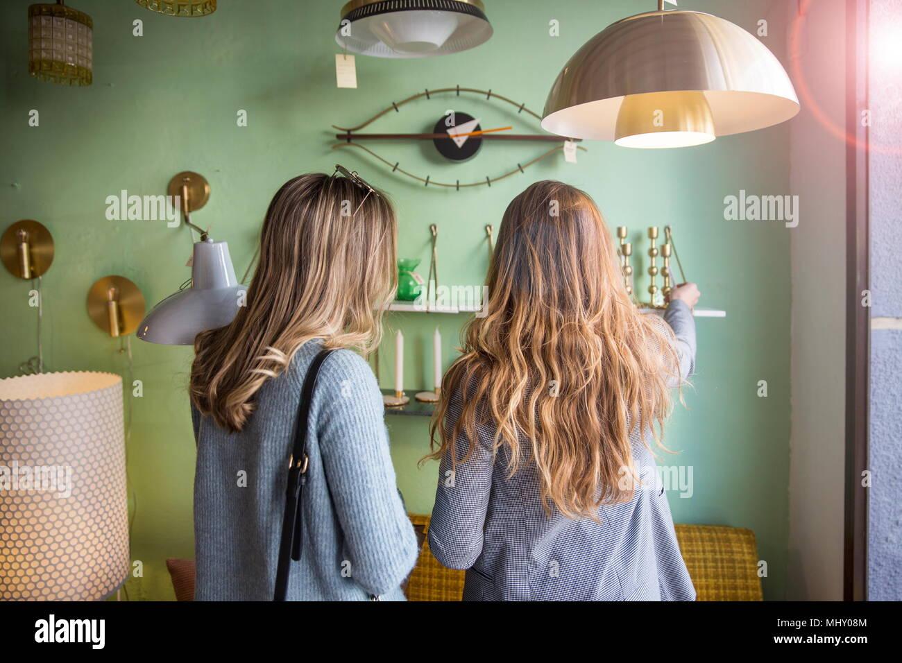 Amici shopping nel negozio di illuminazione Immagini Stock