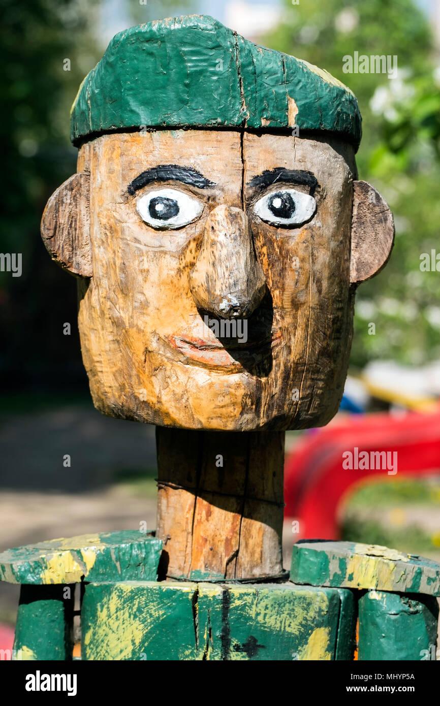 Soldato di legno in un berretto verde. In legno di guardia di frontiera  Immagini Stock 9576d87f7acf