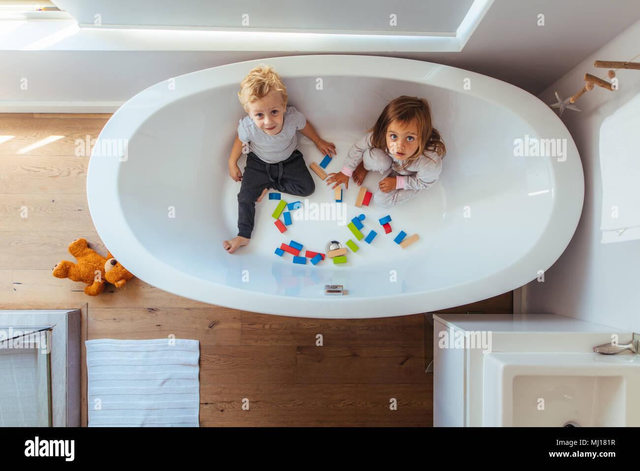 Vasca Da Bagno Piccola Per Bambini : I bambini seduti nella vasca con blocchi di legno e guardando verso