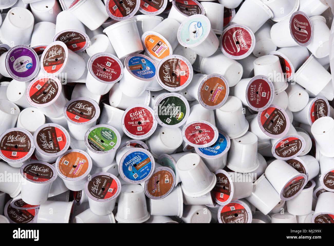 Ufficio K : Un mucchio di usato scartato k tazze in un ufficio business