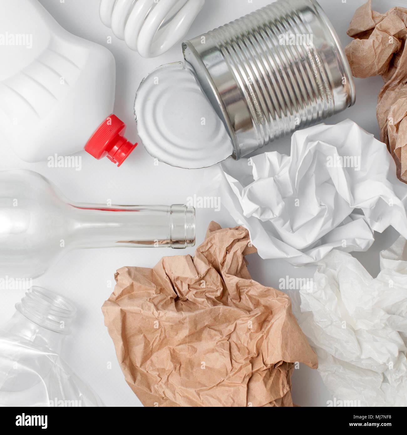 Rifiuti riciclabili, risorse. Pulire il vetro, carta, plastica e metallo su sfondo bianco. Il riutilizzo, il riciclaggio e lo smaltimento dei rifiuti, risorse, ambiente e il concetto di ecologia Immagini Stock