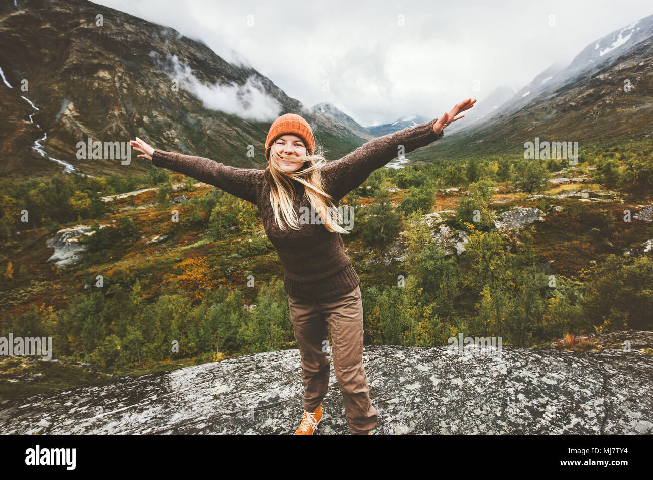 Donna felice alzare le mani a piedi nella foresta montagne godendo di vista avventura di viaggio il concetto di stile di vita attivo vacanze in Norvegia Immagini Stock