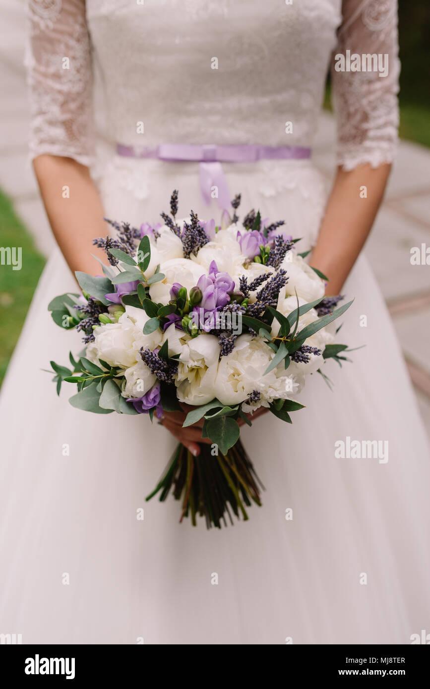 Bouquet Lavanda Sposa.Abito Da Sposa Gli Anelli Di Nozze Nozze Bouquet Con Lavanda E