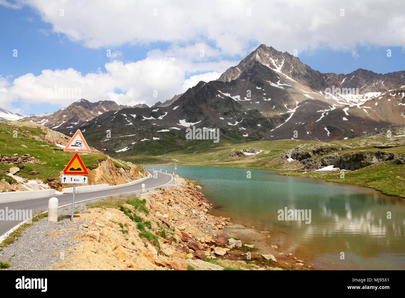 L'Italia. Il lago al Passo Gavia nel Parco Nazionale dello Stelvio. Ortles Alpi. Sullo sfondo: Corno dei Tre Signori picco, 3360m alta. Foto Stock