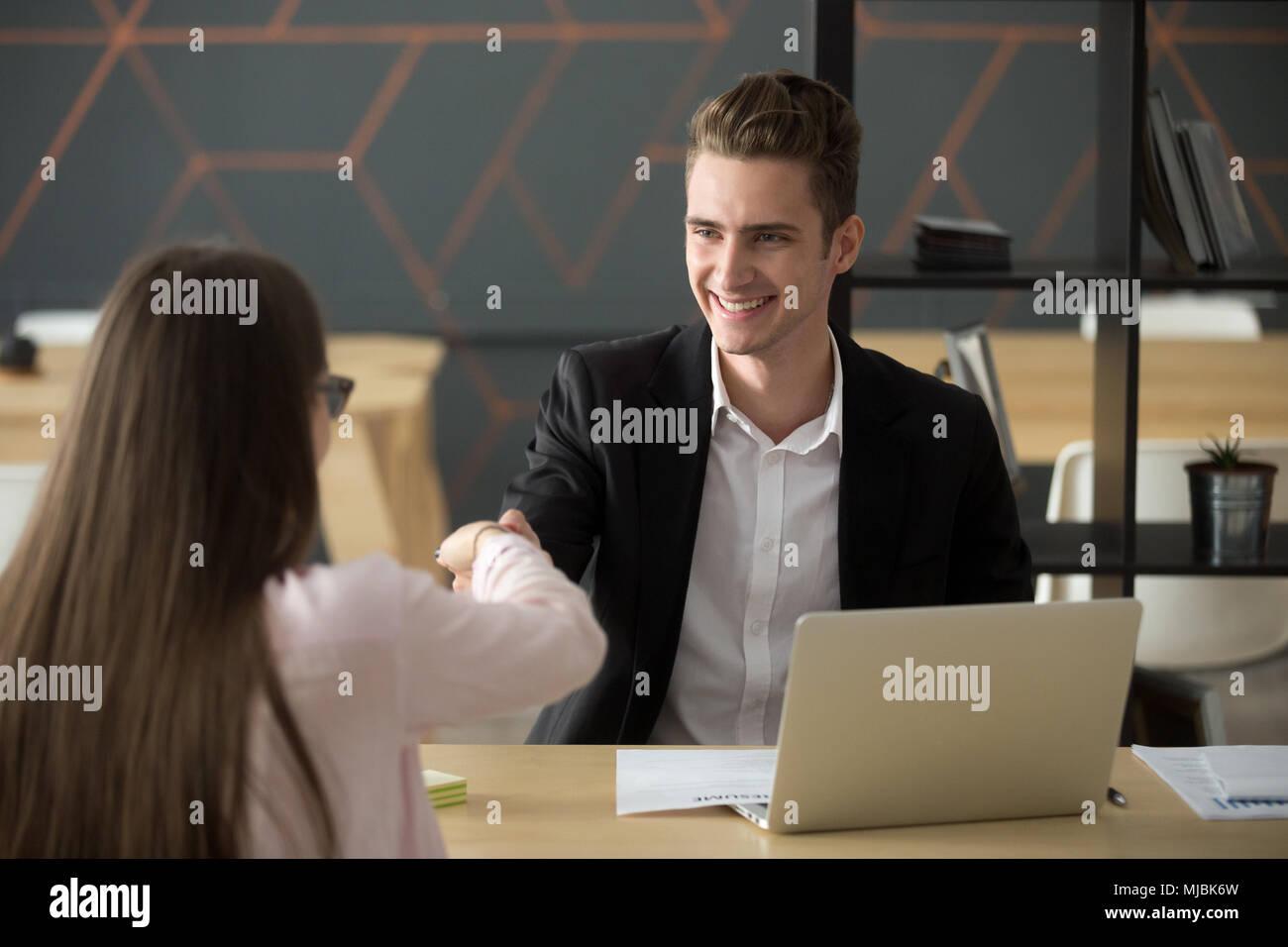 Sorridente hr handshaking datore di lavoro riuscito job ricorrente affitto Immagini Stock