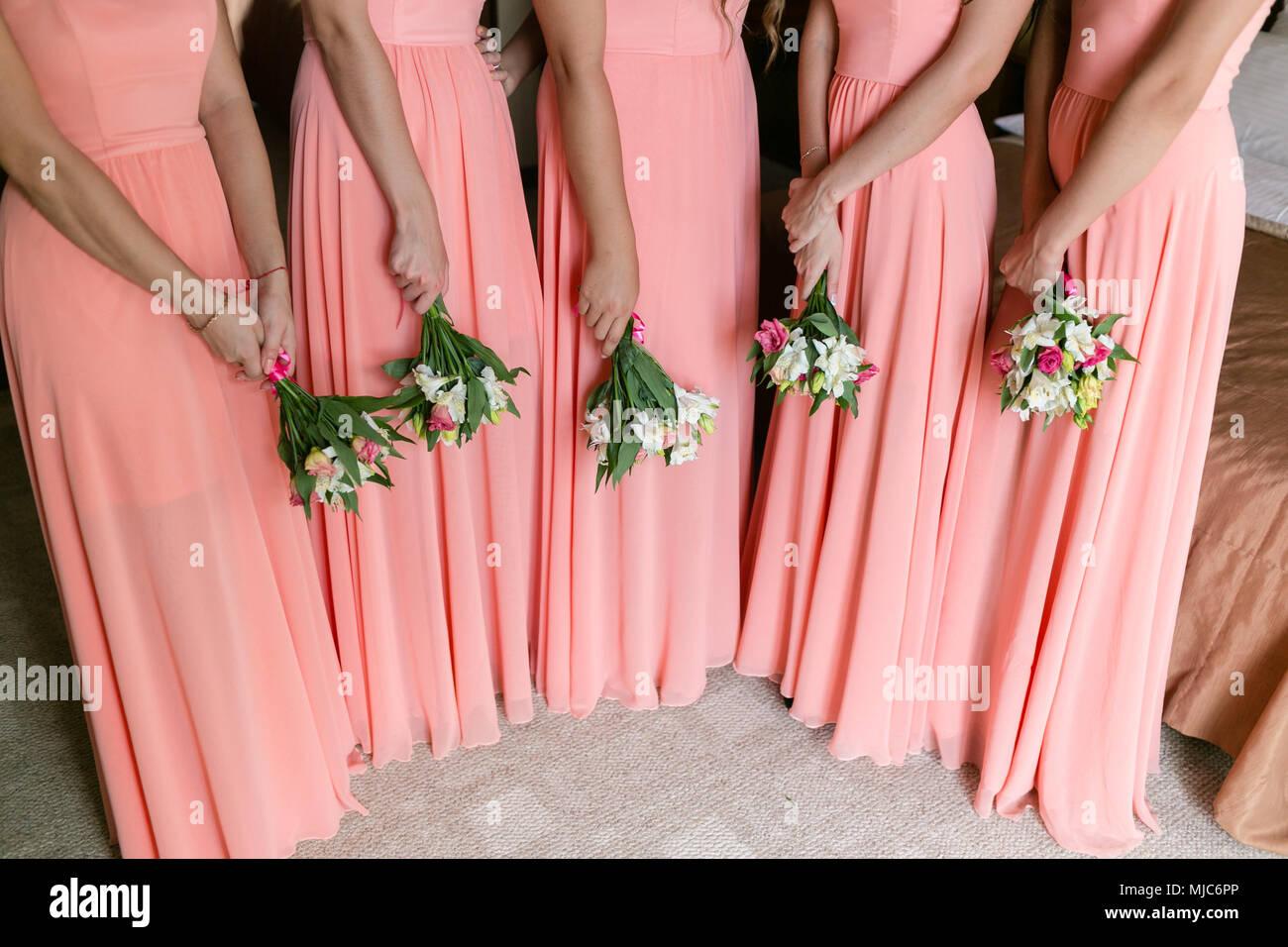 df0eda9d9347 Bella bridesmaids con mazzi di fiori in casa. Modello di bellezza delle  ragazze in un