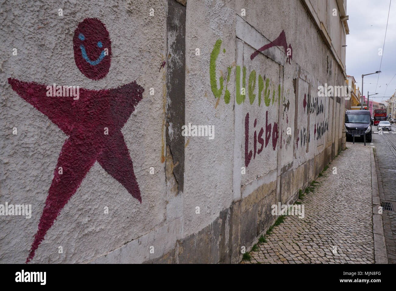 Street view con grffiris colorati, quartiere Belem, Lisbona, Portogallo Foto Stock