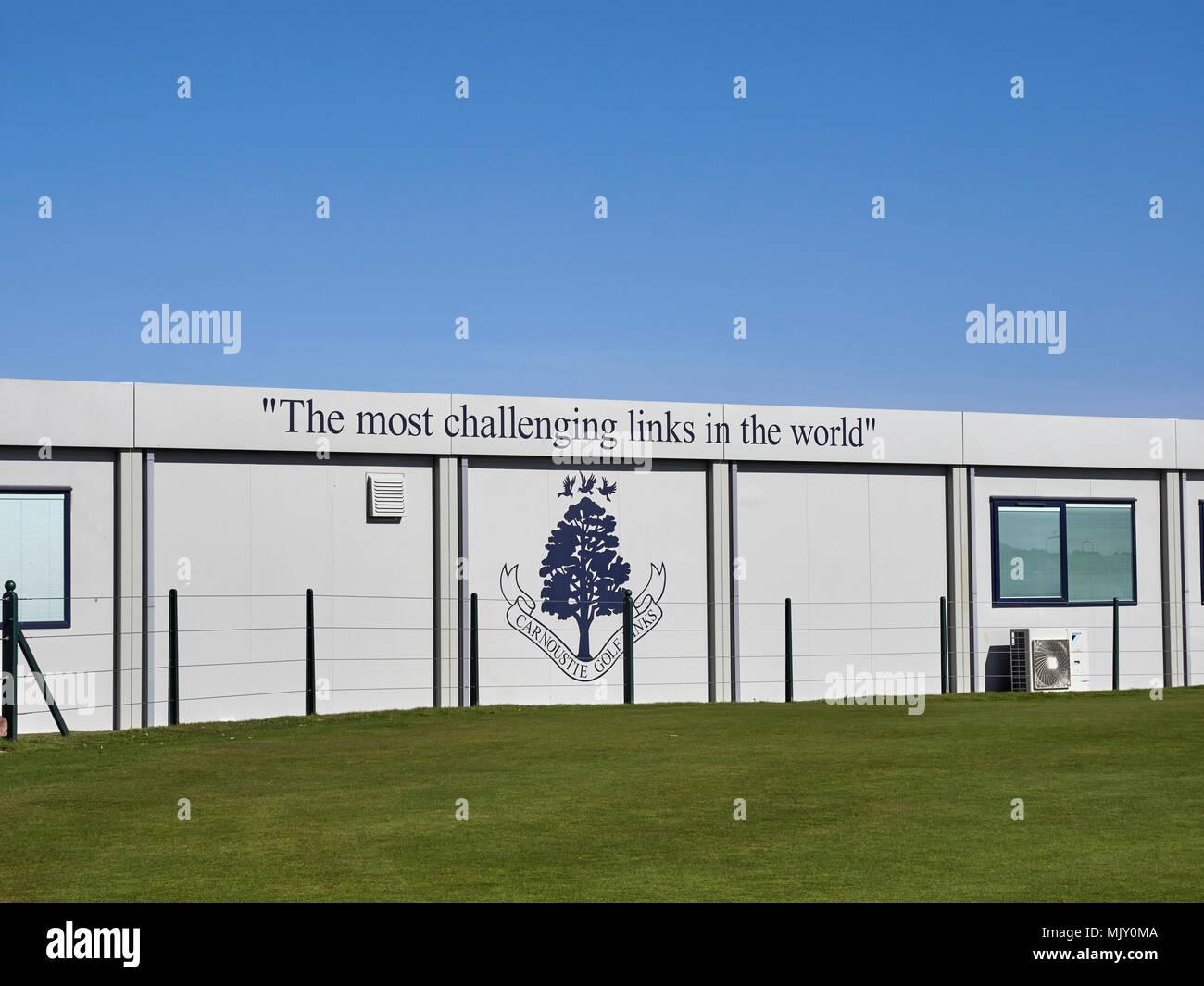 Il più stimolante nel mondo Slogan alla pratica Putting Green a Carnoustie Links in Angus Scozia. Immagini Stock