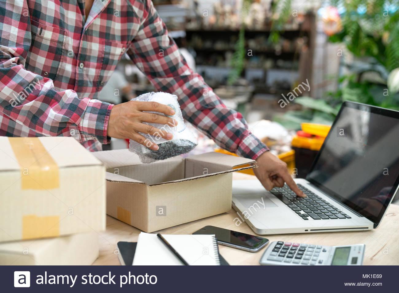 Spese di spedizione shopping online giovani start up titolare di