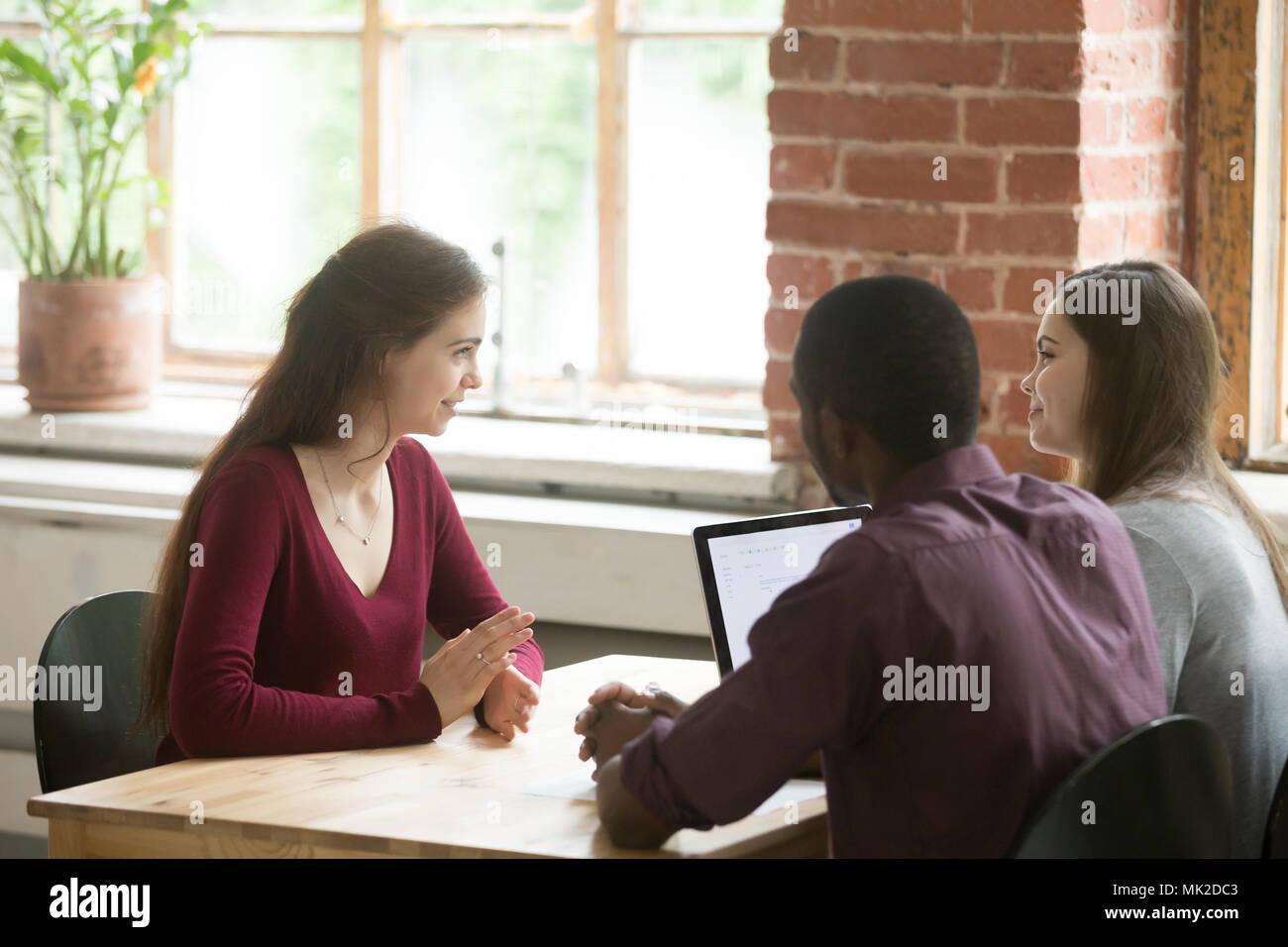 Candidati di sesso femminile aventi intervista in ufficio moderno Immagini Stock