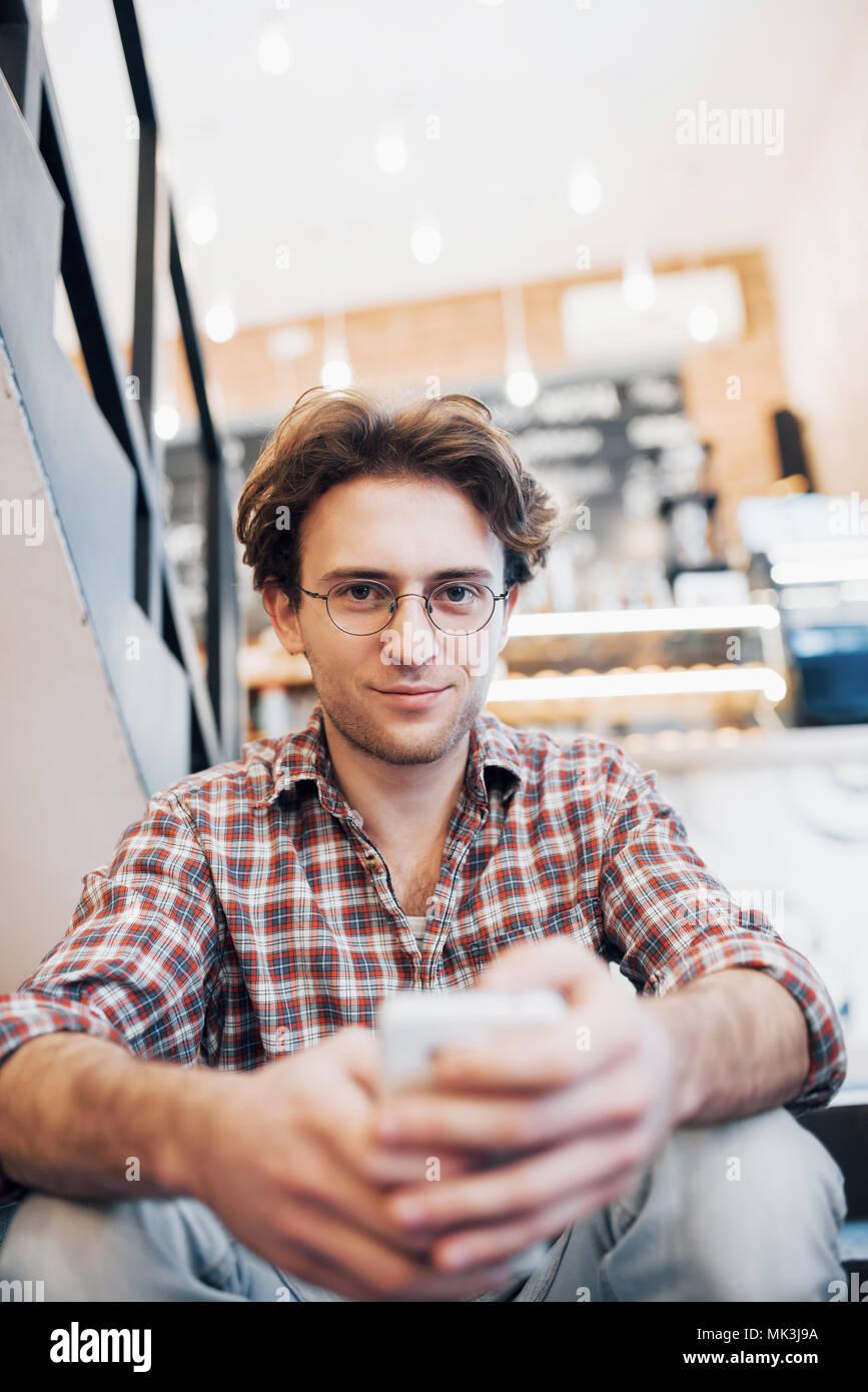 Uomo di bere una tazza di caffè nella caffetteria Immagini Stock