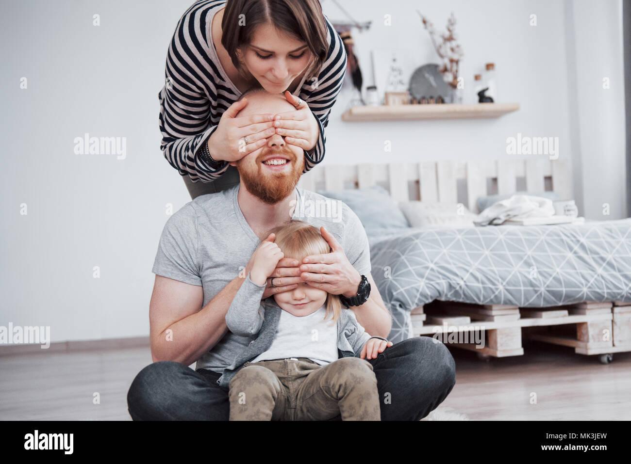 La famiglia felice madre, padre e figlia del bambino a casa Immagini Stock