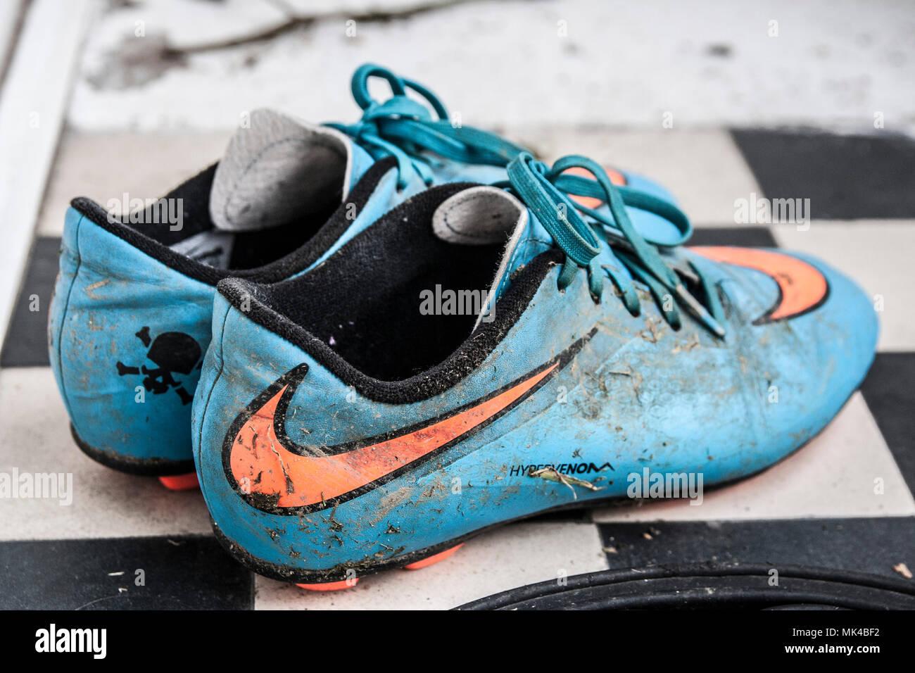 Coppia di ragazzi, bambini scarpe da calcio, muck, mucky