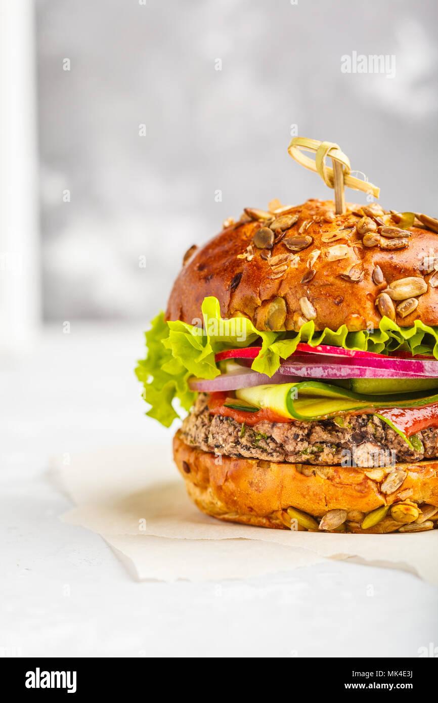 Vegan burger di fagioli con verdure e salsa di pomodoro, copia dello spazio. Sano cibo vegan concetto. Immagini Stock